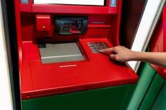 Ręka Azjatyckiej kobiety naciskowa cyfra zapina na ATM maszynie Obraz Stock