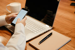 ręka biznesmena chwyta smartphone komputerowy laptop, notatnik, pe Obrazy Royalty Free