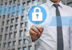 ręka biznesmena dotyk mistrzowskiego klucza loga wizerunek Zdjęcia Royalty Free