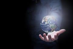 Ręka biznesmena mienia ziemi planeta Obraz Stock
