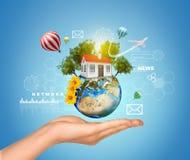 Ręka chwytów ziemia z domem Lotniczy balony, Obraz Royalty Free