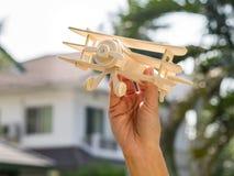 Ręka chwyt samolotowa zabawka Obraz Stock