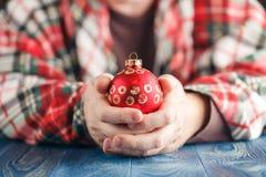 Ręka chwyta cristmas balowi Zdjęcia Stock