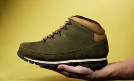 Ręka chwyta jeden wycieczkuje but Zdjęcie Stock