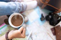 R?ka chwyta planowanie dla podr??y i kawa obraz stock