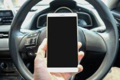 Ręka chwyta smartphone w samochodzie Obrazy Stock