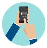 Ręka chwyta smartphone z wózek na zakupy, handel elektroniczny Zdjęcie Royalty Free