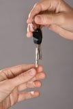 Ręka daje kluczom innej osoby Fotografia Stock