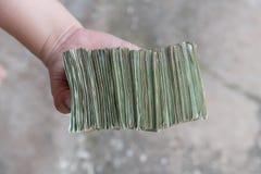 Ręka daje Tajlandzkim banknotom Fotografia Royalty Free