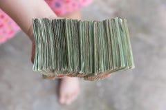 Ręka daje Tajlandzkim banknotom Obraz Stock