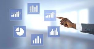 Ręka dotyka biznesowej mapy statystyki ikony Fotografia Stock