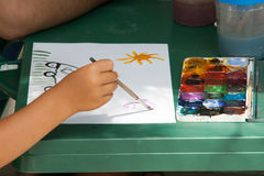 Ręka dziewczyna rysuje wodnego kolor maluje Fotografia Royalty Free