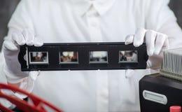 R?ka fotograf digitize ekranowego obruszenie dla ratowa? fotografia royalty free