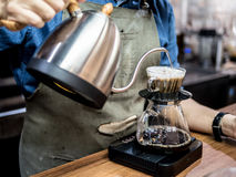 Ręka kapinosa kawa Barista dolewania woda Fotografia Royalty Free