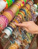 Ręka kobieta z kolorowymi bransoletkami na kramu przy bazarem Fotografia Stock
