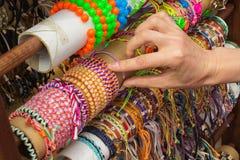 Ręka kobieta z kolorowymi bransoletkami na kramu przy bazarem Obraz Royalty Free