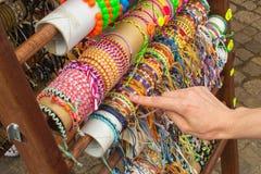 Ręka kobieta z kolorowymi bransoletkami na kramu przy bazarem Obraz Stock