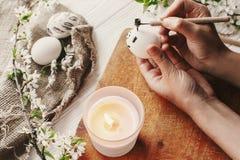 Ręka maluje Easter jajko przygotowanie dla wakacje, Easter celebra Obrazy Stock