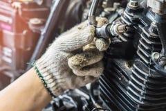 Ręka mechanika czek i iskrowe prymki utrzymania selecti Fotografia Stock