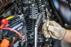 Ręka mechanika czek i iskrowe prymki utrzymania selecti Zdjęcie Stock