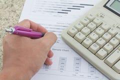 Ręka na kalkulatora papierze i piórze Fotografia Stock