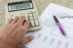 Ręka na kalkulatora papierze i piórze Obrazy Stock