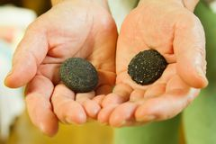 Ręka na kamieniach zdjęcia royalty free