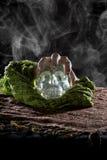 Ręka na Krystalicznej czaszce Zdjęcia Royalty Free