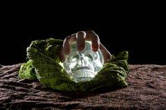 Ręka na Krystalicznej czaszce Zdjęcia Stock