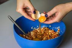 Ręka nalewa out surowego jajko skorupa Obraz Royalty Free