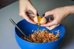Ręka nalewa out surowego jajko skorupa Zdjęcia Royalty Free