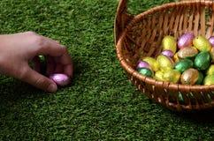 Ręka podnosi Easter jajko Obrazy Royalty Free