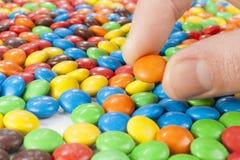 Ręka podnosi up Czekoladowego cukierek Zdjęcie Royalty Free