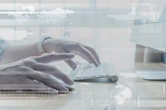 Ręka pracuje na komputerze z technologii warstwy skutkiem Obrazy Stock