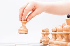 Ręka robi pierwszy ruchowi szachowa gra Zdjęcia Stock