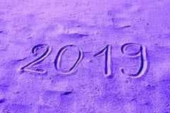 2019 ręka rysująca na piasku barwił w purpurach Nowy Rok Przychodzi lub wakacje katalogu tła Abstrakcjonistyczny projekt zdjęcia stock