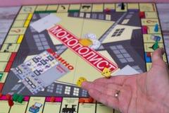 Ręka rzuca kostka do gry na tle kolorowe zamazane fantazj gry planszowa, hazardów momenty w dynamika Obraz Royalty Free
