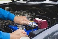 Ręka sprawdza silnika samochód technik Zdjęcie Royalty Free