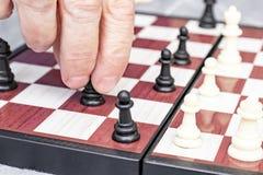 R?ka starsza starsza kobieta bawi? si? szachy zamkni?tego w g?r?, rozrywk? i intelektualista aktywno?? dla przechodzi? na emerytu zdjęcie royalty free