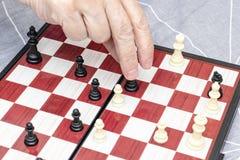 R?ka starsza starsza kobieta bawi? si? szachy zamkni?tego w g?r?, rozrywk? i intelektualista aktywno?? dla przechodzi? na emerytu obraz royalty free