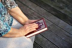 Ręka starsza kobieta na biblii Zdjęcie Royalty Free