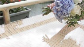 Ręka stawia bukiet kwiaty na stole zbiory