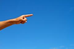 Ręka TARGET1038_0_ przeciw niebieskiemu niebu Fotografia Stock