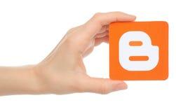 Ręka trzyma Blogger logotyp Zdjęcie Royalty Free