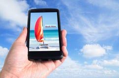 Ręka trzyma czarnego telefon komórkowego Obraz Royalty Free