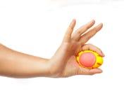 Ręka trzyma Easter jajko Fotografia Royalty Free