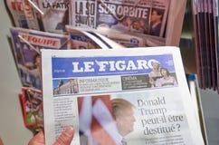 Ręka trzyma Le Figaro gazetowy obraz stock
