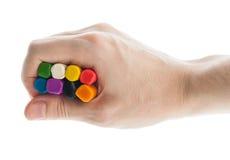 Ręka trzyma modelarskiej gliny bary. Fotografia Stock