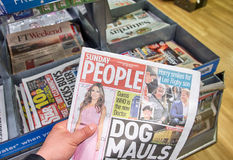Ręka trzyma Niedziela ludzi gazetowi Zdjęcia Royalty Free