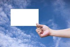 Ręka trzyma pustego papier Zdjęcia Stock